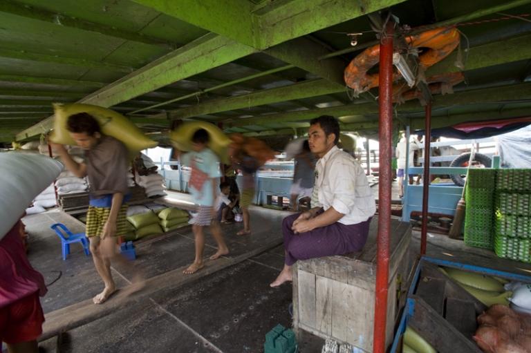Tagelöhner im Frachthafen von Yangon in Myanmar