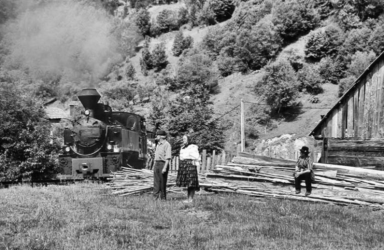 Rumänien Karpaten Wassertal Eisenbahn Wald Holz Dampflok Trachten