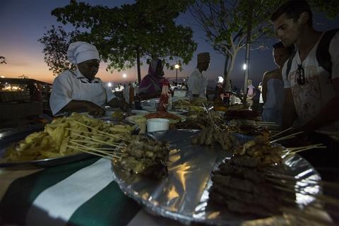 Sansibar - Stone Town - Forodhani Gardens- Menschen -street photography - night - Food