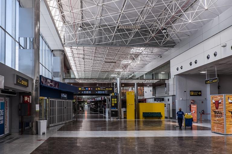 Leere Abflughalle Flughafen